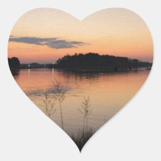 Lago sunset pegatina en forma de corazón