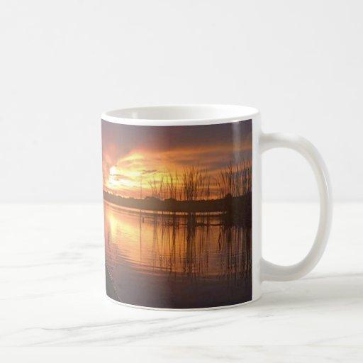 Lago sunset taza de café