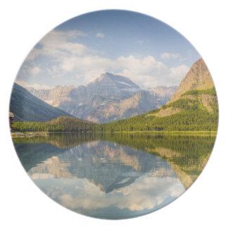 Lago Swiftcurrent con muchos hotel del glaciar y Platos Para Fiestas