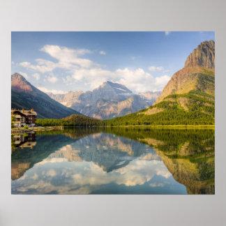 Lago Swiftcurrent con muchos hotel del glaciar y Póster
