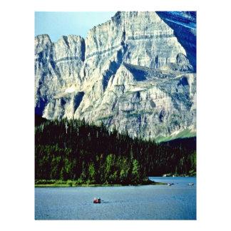 "Lago Swiftcurrent - Parque Nacional Glacier Folleto 8.5"" X 11"""