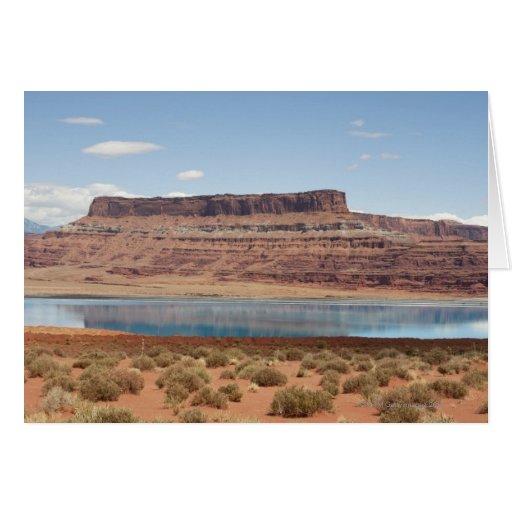 Lago turquoise en paisaje rojo del desierto de la  tarjetón