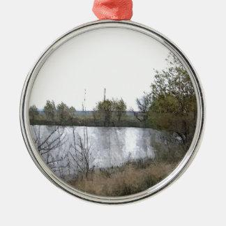 Lago watercolor con los árboles y las ramitas adorno navideño redondo de metal