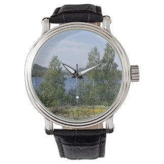 Lago y cerca reloj de mano