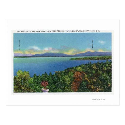 Lago y montañas verdes postal
