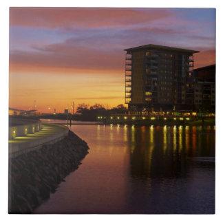 Laguna y apartamentos de la reconstrucción en la p azulejo cuadrado grande
