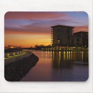 Laguna y apartamentos de la reconstrucción en la p tapetes de raton