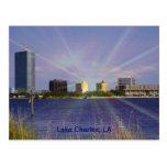 Lake Charles, horizonte del LA con resplandor sola Postales