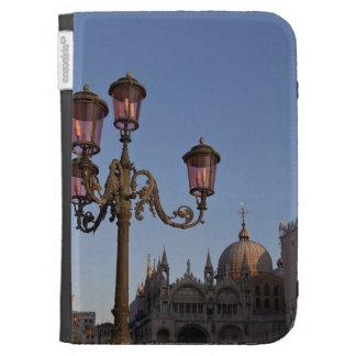 Lámpara adornada en el cuadrado de St Mark