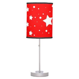 Lámpara con estrellas con fondo color rojo
