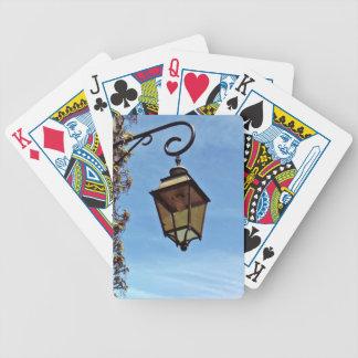 Lámpara de calle contra el cielo azul barajas de cartas