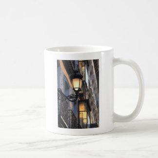 Lámpara de calle en la ciudad vieja Madrid Tazas De Café