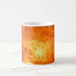 Lámpara de la sal con la luz que brilla taza de café