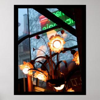 Lámparas de la atmósfera y poster parisienses de