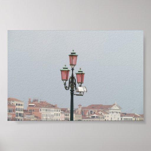 Lamppost rosado en Venecia, Italia Posters