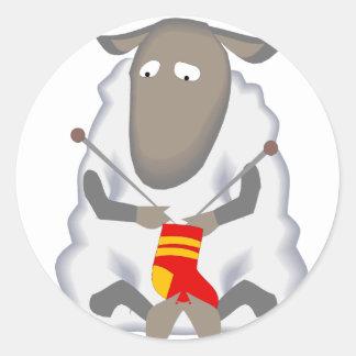 Lanas del calcetín de las ovejas que hacen punto pegatina redonda