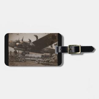 Lancaster que es cargada con las bombas etiquetas para equipaje