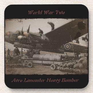 Lancaster que es cargada con las bombas posavasos de bebida