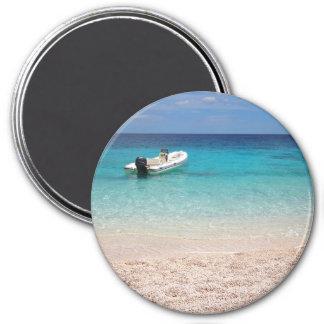 Lancha de carreras en el mar azul imán redondo 7 cm