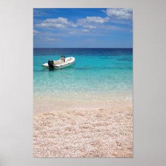 Lancha de carreras en el mar azul póster