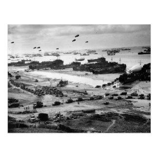 Lanchas de desembarco que ponen el cargo en tierra tarjetas postales