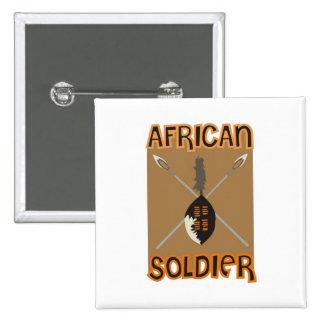 Lanza y escudo africanos tradicionales del soldado pin cuadrado