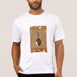 Lanza y escudo africanos tradicionales del soldado camisetas