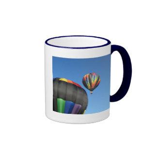 ¡Lanzamiento colorido de los globos! Tazas