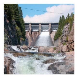 Lanzamiento de agua de la presa