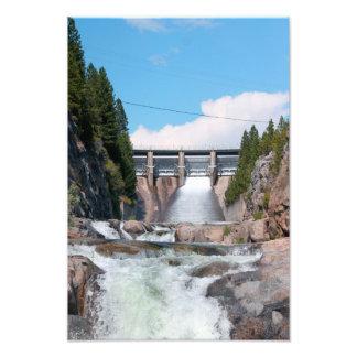 Lanzamiento de agua de la presa fotografías