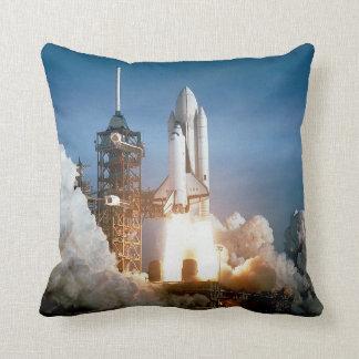 Lanzamiento de Columbia del transbordador espacial Cojín Decorativo
