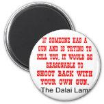 Lanzamiento de Dalai Lama detrás con su propio arm Imán Redondo 5 Cm