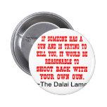 Lanzamiento de Dalai Lama detrás con su propio arm Pin Redondo De 2 Pulgadas