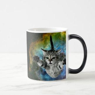 Lanzamiento del gatito del universo del gato de la taza mágica