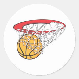 Lanzamiento fresco del baloncesto en camisa de la pegatina redonda