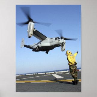 Lanzamientos De un MV-22 Osprey del USS Nassau Póster