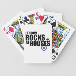 Lanzo rocas en encresparse de las casas baraja de cartas bicycle
