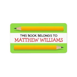 Lápices amarillos en el libro de escuela verde del etiqueta de dirección