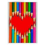 Lápices coloreados con la tarjeta de felicitación