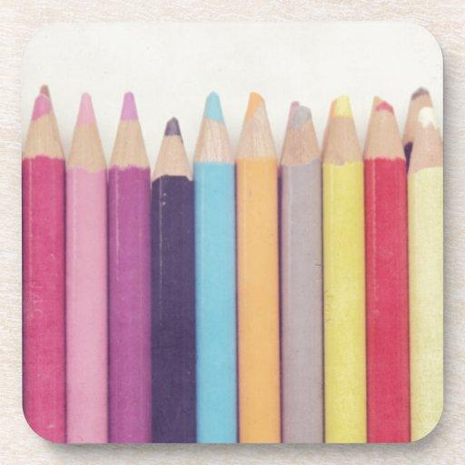 Lápices coloreados posavasos de bebida