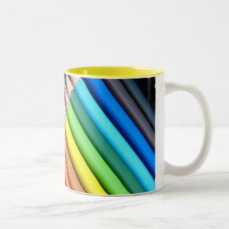Lápices del arco iris taza de café de dos colores