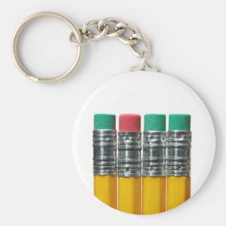 Lápices sobre blanco llavero redondo tipo pin