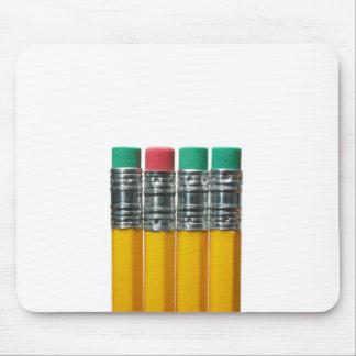 Lápices sobre blanco tapete de ratón