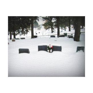 Lápidas mortuorias nevadas del cementerio en los p impresión en lona