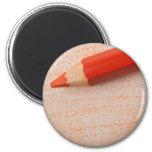 Lápiz anaranjado del color con el colorante imán para frigorífico