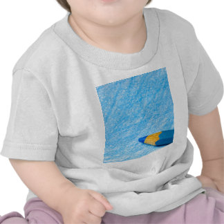 Lápiz azul del color con el colorante camiseta