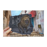 Lápiz contra la cámara - león poderoso impresion en lona