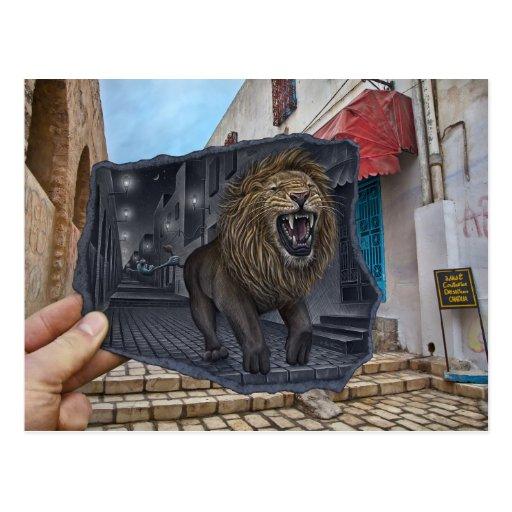 Lápiz contra la cámara - león poderoso postal