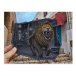 Lápiz contra la cámara - león poderoso tarjeta postal