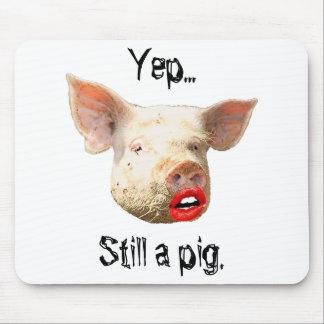 Lápiz labial en un cerdo alfombrillas de ratón